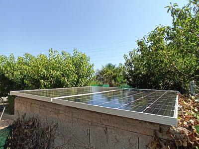 Placas solares en casa de campo